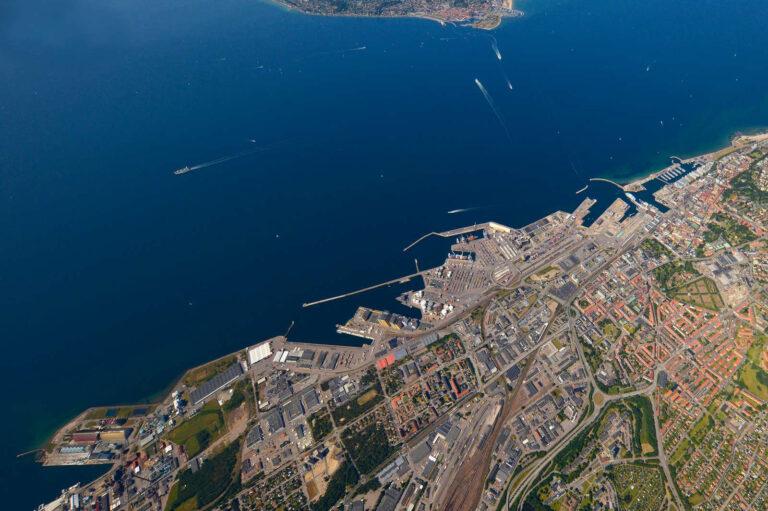 Flygbild över hamnen och sundet