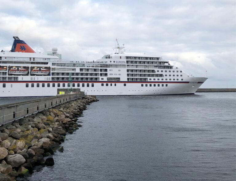 Kryssningsfartyg Europa på väg in i Helsingborgs Hamn
