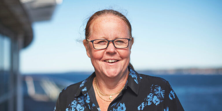 Christina Argelius, teknisk chef i Helsingborg Hamn, himmel och hav i bakgrunden