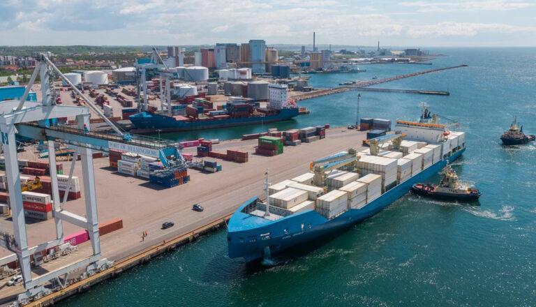 Översiktsbild över Helsingborgs Hamn, ett containerfartyg på väg in