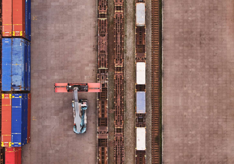 Perspective from above, reachstacker loading combi terminal