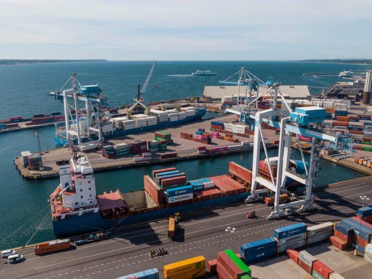 Översiktsvy över Västhamnens containerproduktion med innevarande fartyg